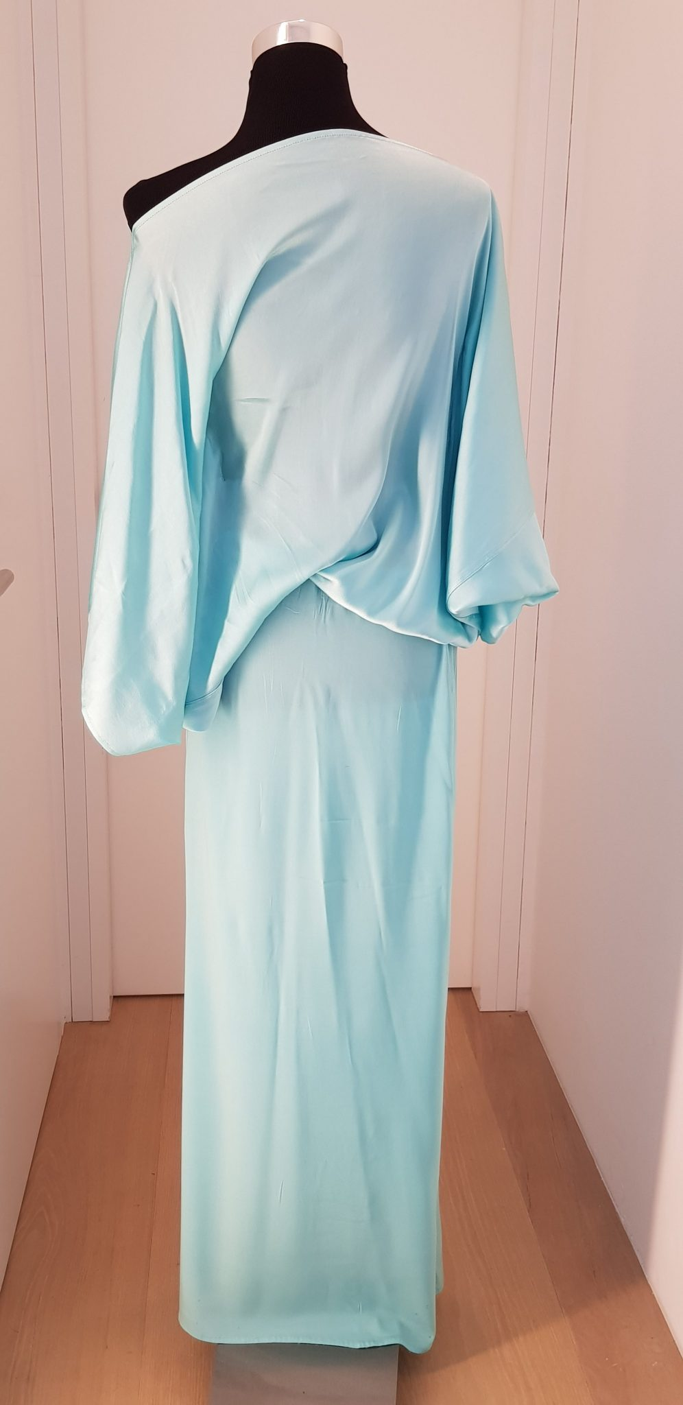 8c4e5a5aa47423 Lässiges, asymmetrisches Sommer- /Abendkleid mit Fledermausärmeln und  langen Schlitz vorne in hellblau/