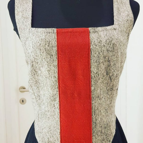 langes Trachtenkleid, Lodenleib mit rotem Tiroler Wappen,im Rücken geschnürt, schwarzer Leinenrock