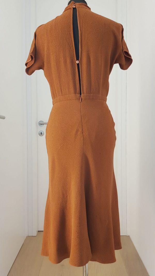 Schlichtes braunes Designerkleid mit Stehkragen, kurzen Ärmeln, Rücken tw offen, 20er Jahre Stil
